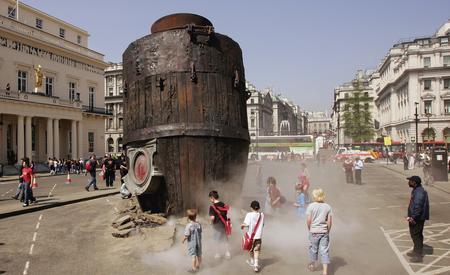 图文:巨型机械大象亮相英国伦敦