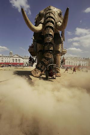 图文:巨型机械大象亮相英国伦敦街头