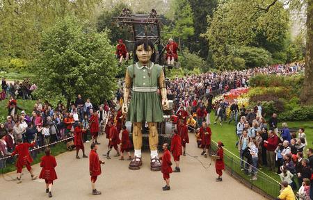图文:巨型机械女孩在伦敦街头亮相