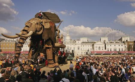 图文:众人争相观看巨型机械大象
