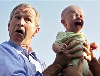 图文:布什抱着一名哭泣的男婴