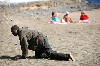 图文:移民男子抵达西班牙海边城市