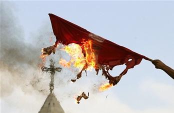 图文:巴勒斯坦人焚烧丹麦国旗