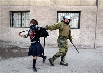 图文:智利学生在参加游行时被警方逮捕