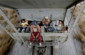图文:移民乘坐运货火车前往墨西哥边境