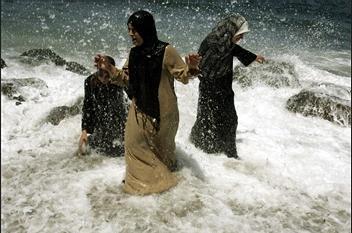 图文:妇女在阿尔及利亚海滩享受凉爽