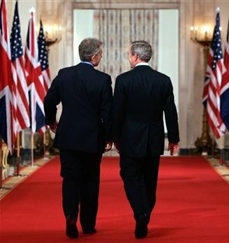 图文:布什与布莱尔离开白宫会议厅