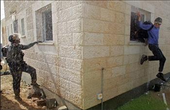 图文:以色列极端民族主义者跳窗逃走