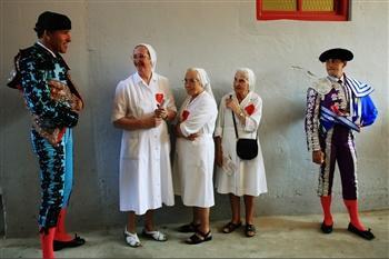 图文:护士们与西班牙斗牛士攀谈