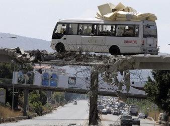 图文:黎巴嫩公车在以黎战争中转移人员