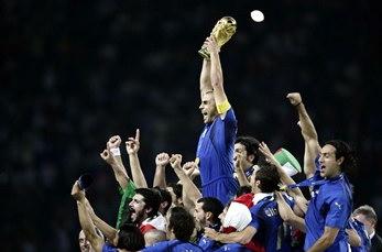 图文:意大利队队长高举大力神杯