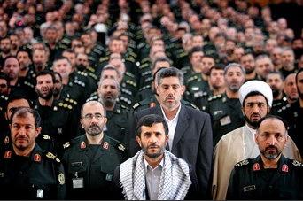图文:内贾德在德黑兰与革命卫队军官在一起