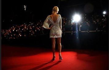 图文:希尔顿在戛纳电影节上的镁光灯下
