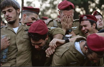 图文:以色列士兵在参加战友葬礼时哭泣