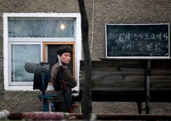 图文:朝鲜士兵在鸭绿江岸边执行防守任务