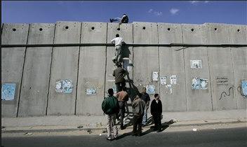 图文:巴勒斯坦人翻越以色列隔离墙。