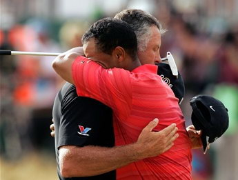 图文:美国高尔夫选手泰戈-伍兹庆祝胜利