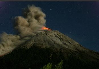 图文:印尼默拉皮火山喷射出岩浆和浓烟