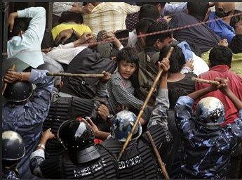 图文:尼泊尔防暴警察驱打示威民众