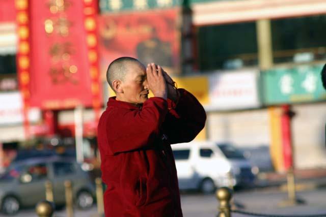布达拉宫前的喇嘛