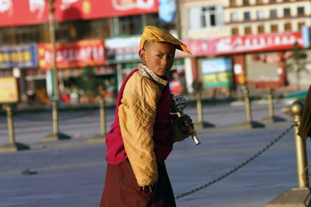 布达拉宫前的小喇嘛