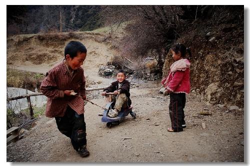 雨崩村的孩子们向我演示他们心爱的玩具