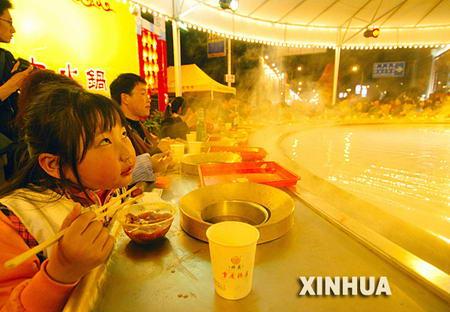 组图:重庆火锅节100多万人参与活动