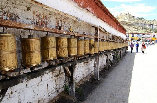 图片:布达拉宫山脚下的转经筒