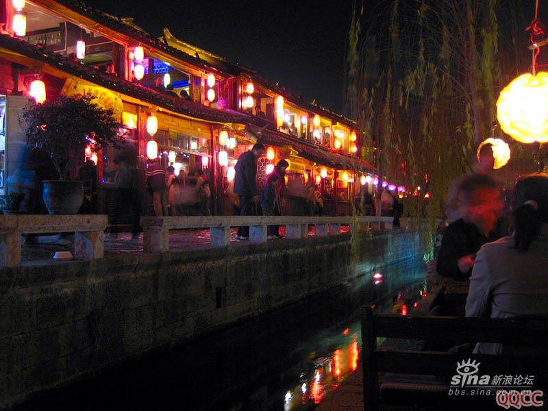 图片:丽江古城四方街边的酒吧一条街