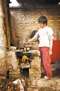 傈僳族儿童因面部被开水烫致盲
