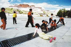 西藏盲校的孩子在拉萨布达拉宫广场玩耍