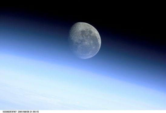 国际空间站十佳地球图片:月球穿越地球边缘