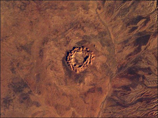 图片:Gosses bluff 陨石坑位于澳大利亚
