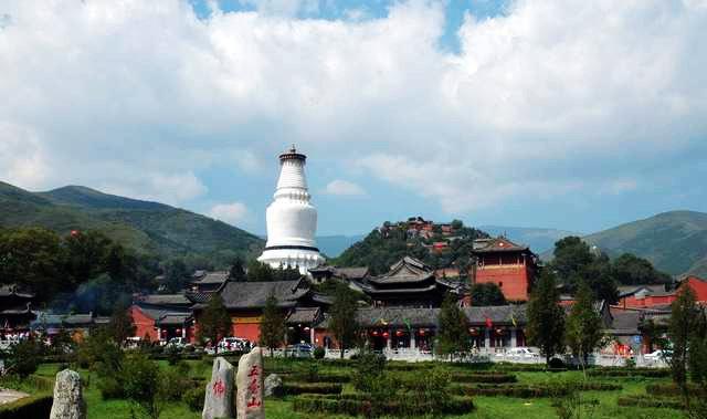 位于山西省五台县境内,方圆五百余里,海拔三千米,由五座山峰环抱而成