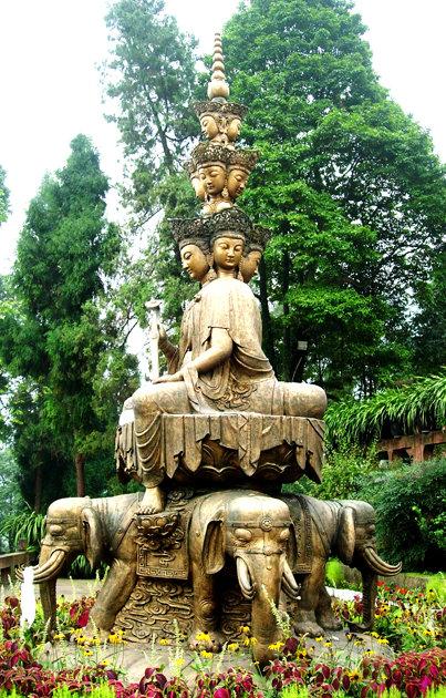 图片:峨眉山三身佛铜像