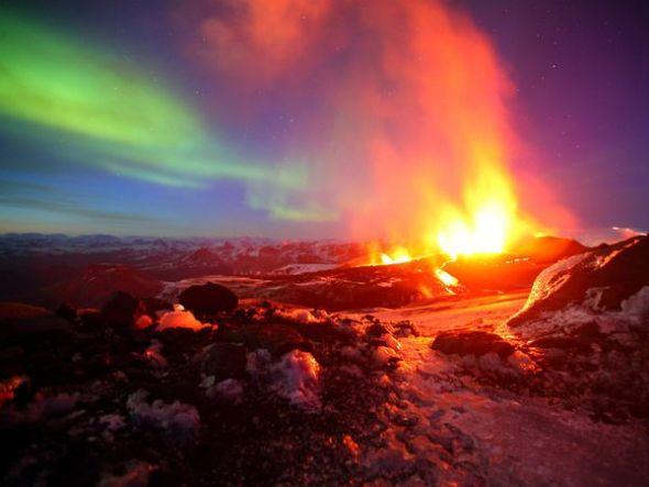 火山喷发与极光交相辉映