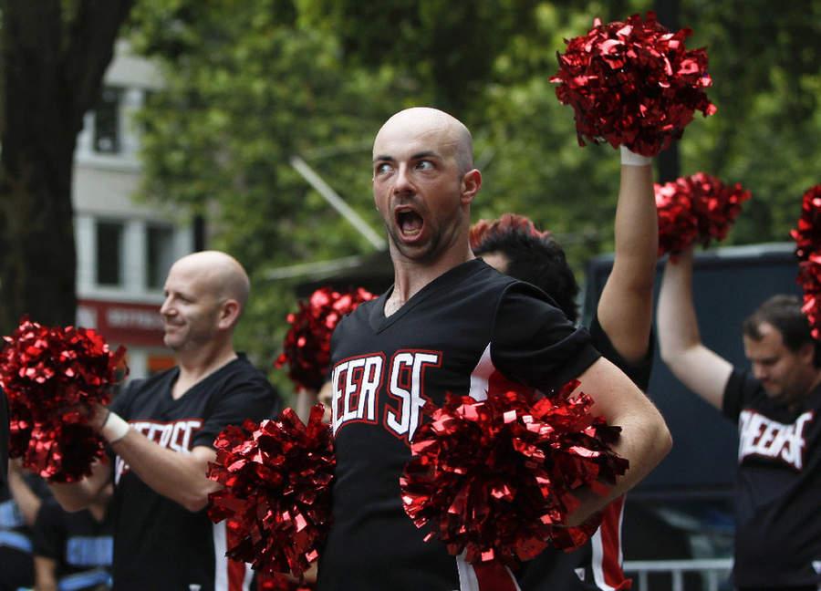 图片:2010年8月2日,第八届世界同性恋者运动会在德国科隆市的莱茵能源体育场开幕,男啦啦队长在表演