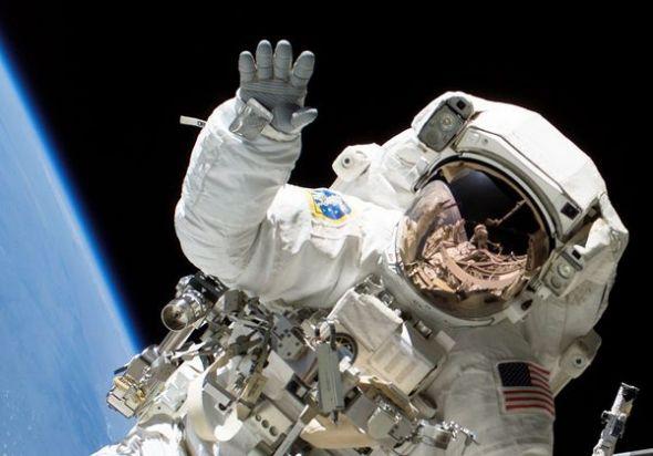 图片:美国国家地理2010年十大太空发现-大手宇航员指甲更易脱落