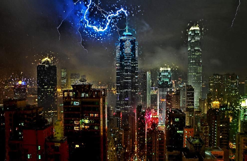 图片:2010年美国国家地理摄影大赛作品欣赏-暴风雨中一道闪电击中香港中部中央大楼的避雷针