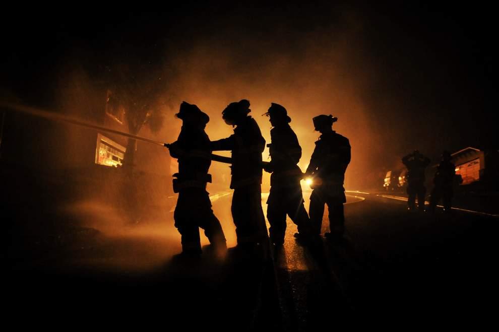 图片:2010年美国国家地理摄影大赛作品欣赏-消防员借着消防车的大灯在奋力扑救天然气管道引发的大火