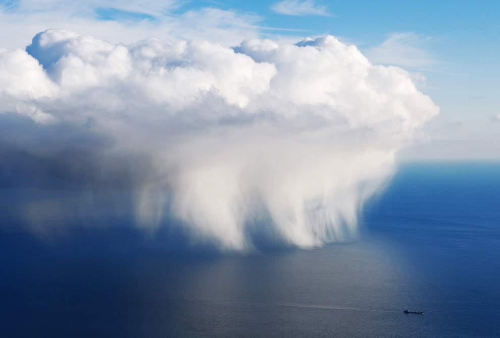 图片:2010年美国国家地理摄影大赛作品欣赏-乌克兰黑海克里米亚附近的云和船