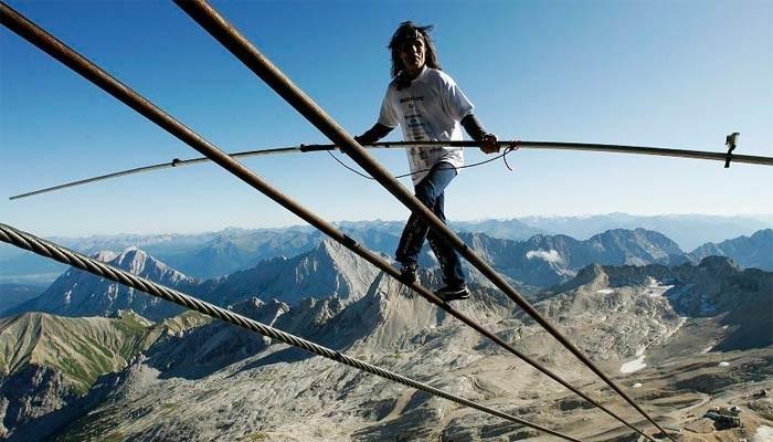 图片:瑞士冒险家3千米高空穿越千米钢索
