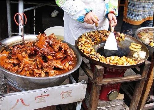 图片:卤猪脚就是这样放在盆里的,还有海带哦,很香