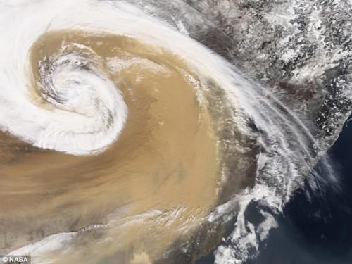 图片:2001年,亚洲尘暴弥漫在太平洋海面上
