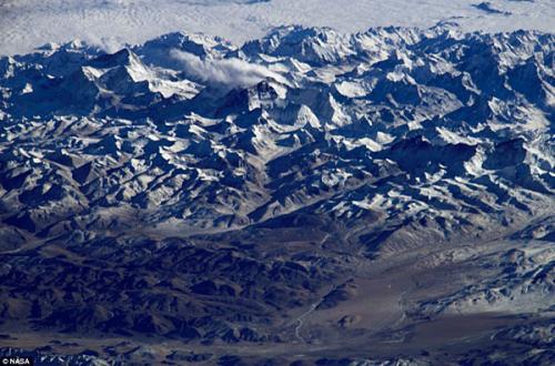 图片:在晴朗无云的天气下,从太空拍摄到的珠穆朗玛峰