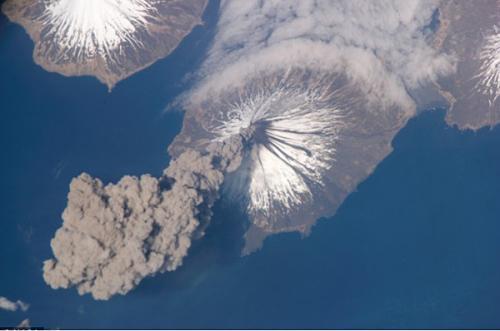 在国际空间站拍摄到阿拉斯加州克利夫兰火山喷发的太空情景