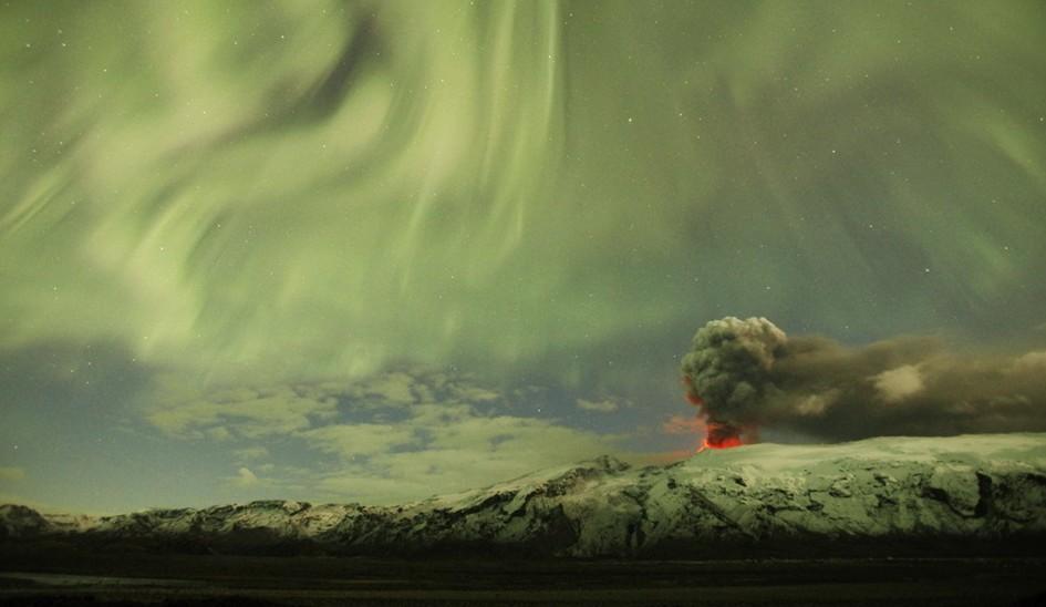 图片:冰岛艾雅法拉火山上空出现北极光